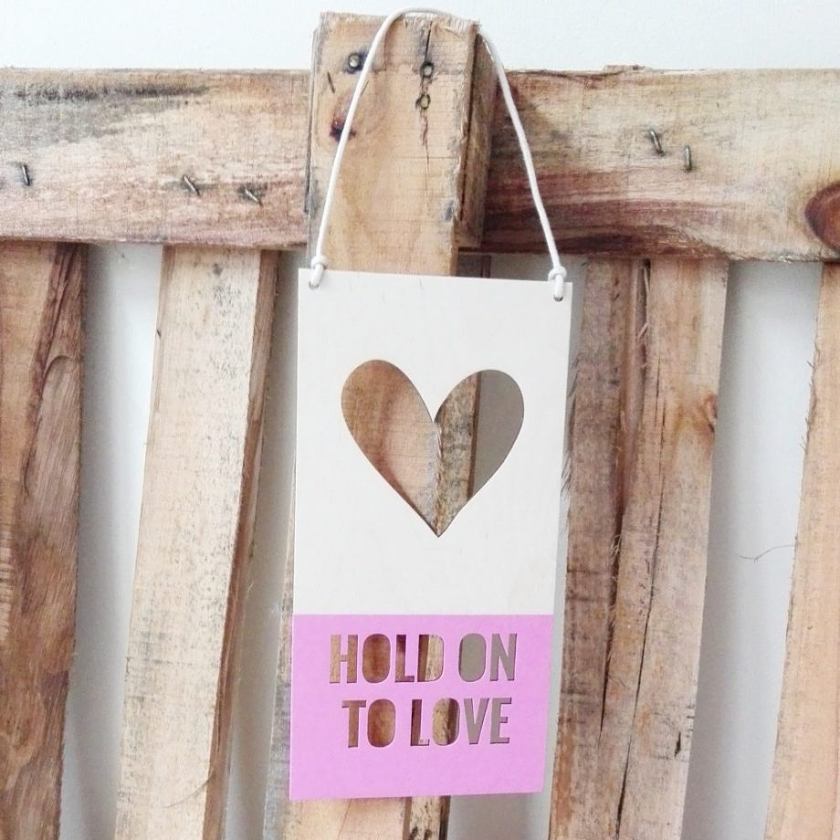 """""""Hold on to love"""" houten bordje"""